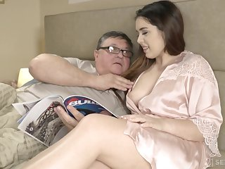 An pop discovers the gaiety of having sex nigh his curvy stepdaughter