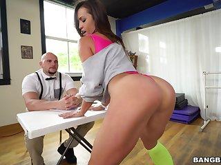 Splutter prat dancer Kelsi Monroe moans while riding a large dick
